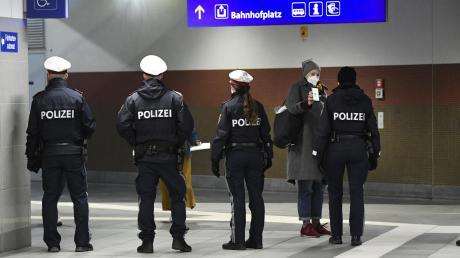 """Polizeibeamte kontrollieren streng am Hauptbahnhof von Wiener Neustadt. Die Stadt vor den Toren Wiens ist """"Hochinzidenzgebiet""""."""
