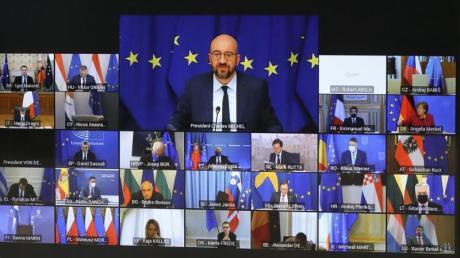 EU-Ratspräsident Charles Michel (M. oben) spricht beim Videogipfel mit den EU-Staats- und Regierungschefs.