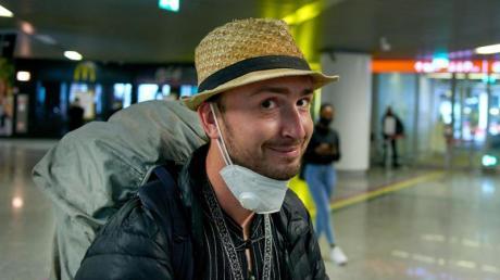 Erleichtert und froh: Robert Bociaga, der in Myanmar festgenommene polnische Journalist, der für die Deutsche Presse-Agentur in Myanmar tätig war, bei seiner Ankunft.