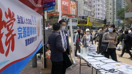 Noch Mitte März sammelten Pro-China-Mitarbeiter in Hongkong die Unterschriften von Anwohnern zur Unterstützung eines Vorschlags zur Änderung der Wahlregeln.
