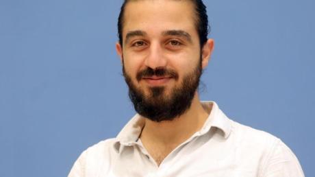 Tareq Alaows auf einer Pressekonferenz. (Archivbild).