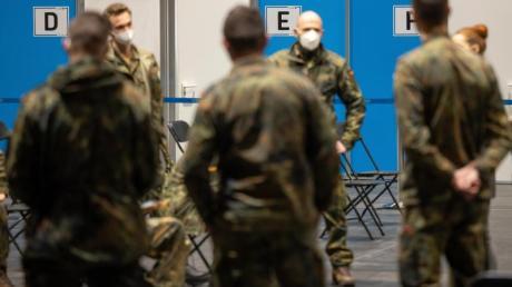 Mit Soldaten werden die Abläufe im Impfzentrum Mittelthüringen auf der Erfurter Messe geprobt. (Archivbild).