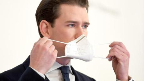 Sebastian Kurz (ÖVP), Bundeskanzler von Österreich, setzt bei einer Pressekonferenz seine Mund-Nasen-Bedeckung auf. (Archivbild).
