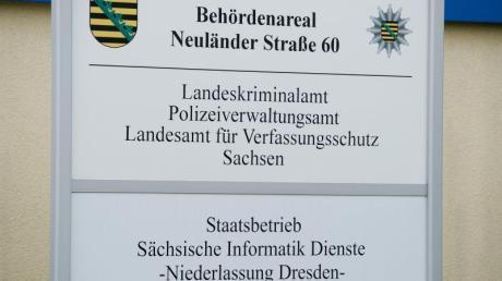 Ein Schild am Haupteingang des Landeskriminalamts Sachsen (LKA).