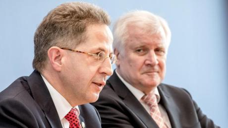 Im November 2018 versetzte Bundesinnenminister Horst Seehofer (rechts) den damaligen Verfassungsschutzpräsidenten Hans-Georg Maaßen in den Ruhestand.