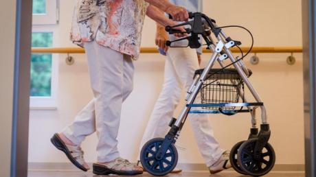 Angesichts der vielen Corona-Schutzimpfungen in Alten- und Pflegeheimen planen die Sozialminister schrittweise Lockerungen der Besuchs- und Schutzregelungen.