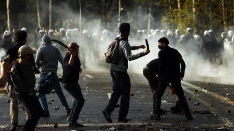Polizisten stoßen im Brüsseler Park Bois de La Cambre mit Parkbesuchern zusammen.