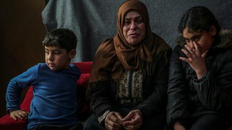 Die 46-jährige Safa Makdah ist mit ihren Kindern aus Syrien geflohen und verfolgt in einem libanesischen Flüchtlingslager zunehmend verzweifelt die Lage in ihrem Heimatland.