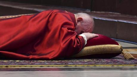 Papst Franziskus liegt bei der Karfreitagsmesse minutenlang flach auf dem Boden vor dem Altar im Petersdom.