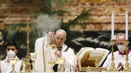 Papst Franziskus zelebriert die Osternacht im Petersdom vor wenigen Gläubigen.