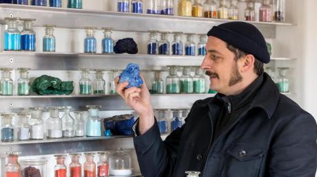 David Kremer kann mehr als 1500 Farbpigmente herstellen. In seiner Hand hält er einen Azurit aus Marokko.