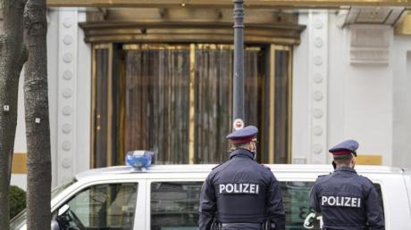 Polizisten stehen vor dem Wiener Hotel Imperial, in dem eine Verhandlungsdelegation aus dem Iran untergebracht ist.