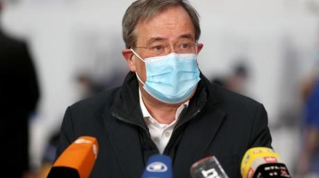 Ministerpräsident Armin Laschet im Aachener Impfzentrum.