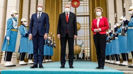 Der türkische Präsident Erdogan (M) empfängt Charles Michel und Ursula Von der Leyen.