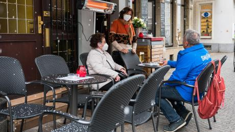Zumindest Petrus ist nicht aufseiten der Gastwirte im Saarland: Dort dürfen seit Dienstag wieder Gäste im Außenbereich bedient werden.
