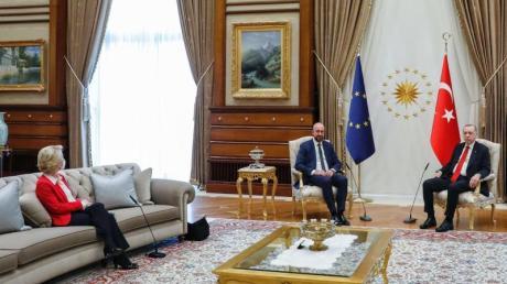 EU-Kommissionspräsidentin Ursula von der Leyen (l) bei dem EU-Türkei-Treffen in Ankara.