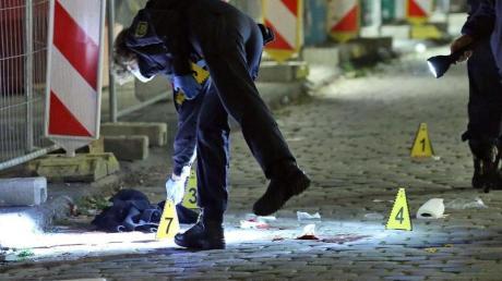 Ein Kriminaltechniker sichert im Oktober 2020 am Tatort in Dresden Spuren.