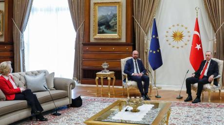 Das Treffen, das das politische Brüssel nicht zur Ruhe kommen lässt: EU-Kommissionspräsidentin Ursula von der Leyen musste auf dem Sofa Platz nehmen, während EU-Ratspräsident Charles Michel neben dem türkischen Staatspräsidenten Recep Tayyip Erdogan saß.