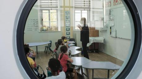 Schüler sitzen in einem Klassenzimmer in einer Grundschule in Jerusalem.