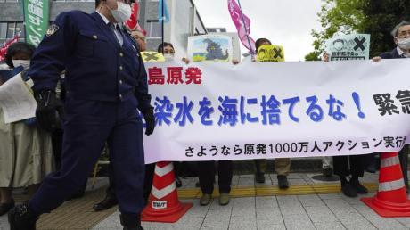 Menschen halten während einer Kundgebung vor dem Büro des Premierministers Suga ein Banner mit der Aufschrift «Werft kein radioaktives Wasser ins Meer».
