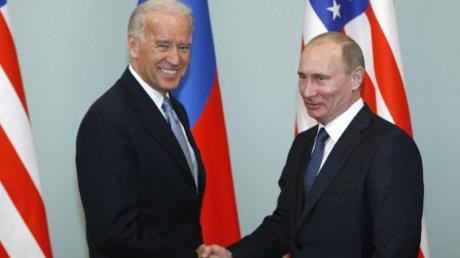 Joe Biden (l), damaliger Vizepräsident der USA, trifft sich 2011 mit Wladimir Putin in Moskau.