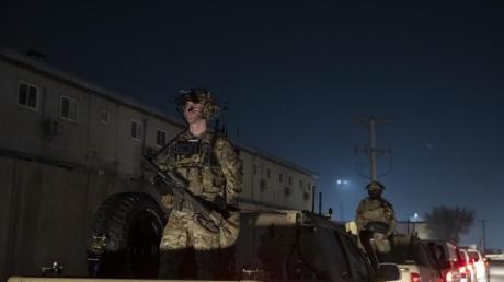 Bewaffnete Soldaten stehen im November 2019 Wache während eines Überraschungsbesuchs des damaligen US-Präsidenten Donald Trump.
