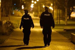 Die Nacht bewacht: Polizisten kontrollieren die Ausgangssperre.