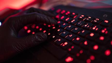Russische Hacker sollen in den USA unter anderem Ministerien, Behörden und Firmen angegriffen haben.