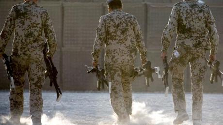 Bundeswehrsoldaten tragen in Afghanistan Waffen zum Depot.