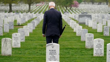 US-Präsident Joe Biden hält inne auf dem Nationalfriedhof Arlington. Der seit 20 Jahren laufende Militäreinsatz in Afghanistan hat rund 2400 amerikanischen Soldaten das Leben gekostet.