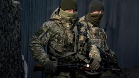 Ukrainische Soldaten an einem Kontrollpunkt unweit einer von Separatisten kontrollierten Region.