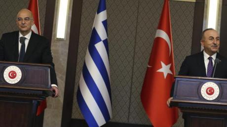 Streit um den Umgang mit Flüchtlingen: Der türkische Außenminister Mevlüt Cavusoglu (rechts) warf Griechenland bei der Pressekonferenz unter anderem vor, Menschen «ins Meer geworfen» zu haben.