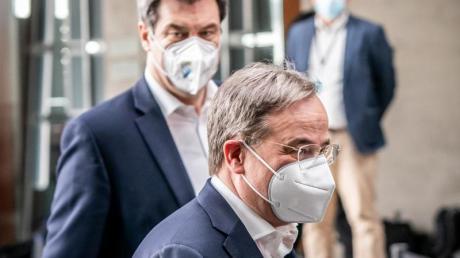 Markus Söder (hinten), Ministerpräsident von Bayern und CSU-Vorsitzender, neben Armin Laschet, CDU-Bundesvorsitzender und Ministerpräsident von Nordrhein-Westfalen.