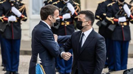 Frankreichs Präsident Emmanuel Macron (links) begrüßt Wolodymyr Selenskyj, Präsident der Ukraine, vor dem Elysee-Palast.
