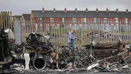 Überreste von einer Krawallnacht: ausgebrannter Bus auf der Shankill Road in West Belfast.