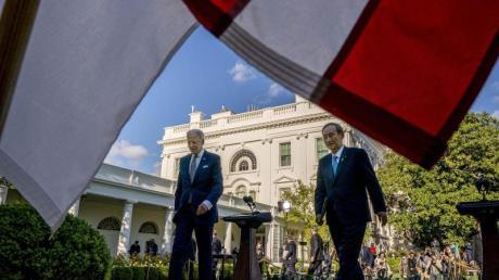 Joe Biden, Präsident der USA, und Japans Ministerpräsident Yoshihide Suga verlassen eine Pressekonferenz imRosengarten des Weißen Hauses.
