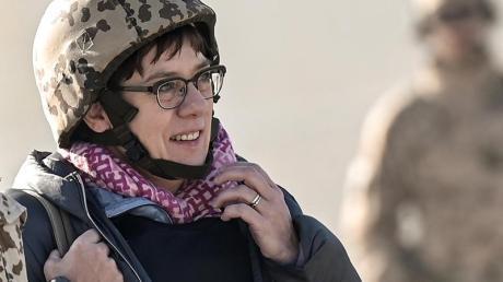 Verteidigungsministerin Annegret Kramp-Karrenbauer (CDU) kommt auf dem Rollfeld im Camp Pamir in Kundus an.