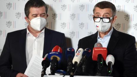 Andrej Babis (r.), Ministerpräsident von Tschechien, und Jan Hamacek, Innenminister von Tschechien, während einer außerordentlichen Pressekonferenz.