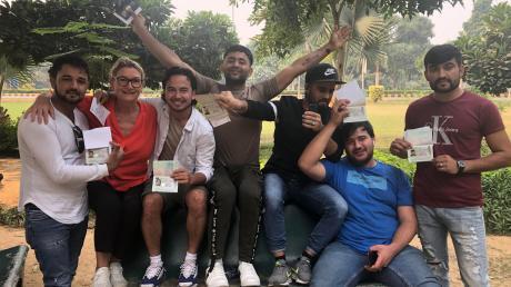 Geschafft! Erst mussten diese jungen Afghanen aus Bayern ausreisen und dann wieder mit einem Visum einreisen, um ihre Ausbildung hierzulande fortsetzen zu können. Ausbildungsexpertin Josefine Steiger (Zweite von links) ist froh, diese Möglichkeit gefunden zu haben.