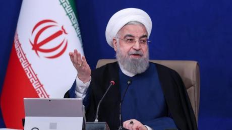 Hassan Ruhani, Präsident des Iran, spricht bei der wöchentlichen Kabinettssitzung.