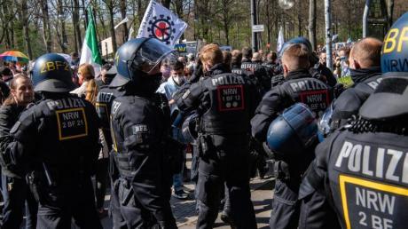 Einsatzkräfte der Polizei stehen auf der Straße des 17. Juni.
