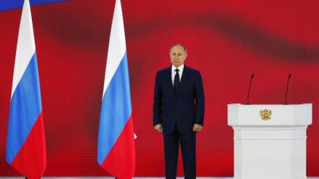 Wladimir Putin, Präsident von Russland, hört die Nationalhymne nach seiner jährlichen Rede an die Nation.
