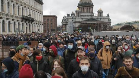 Die russischen Behörden hatten davor gewarnt, an den nicht genehmigten Protesten für Kremlgegner Nawalny teilzunehmen. Viele Russinnen und Russen hielt das nicht ab - wie hier in St. Petersburg.