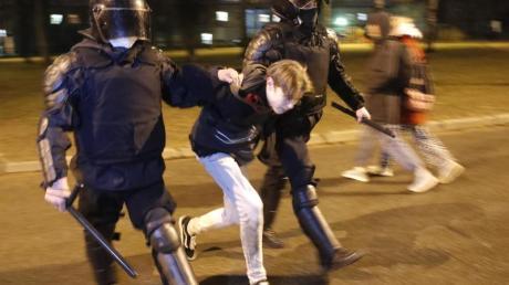 Die Polizei verhaftet in St.Petersburg einen Mann bei einer Demonstration zur Unterstützung des inhaftierten Oppositionsführers Nawalny.