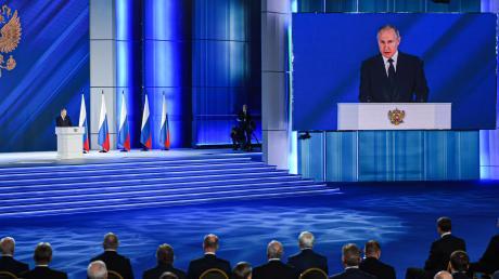 Gigantische Inszenierung in Moskau: Russlands Präsident Wladimir Putin spricht zur Nation.
