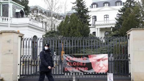 Protestplakat am Zaun der russischen Botschaft in Prag.