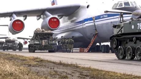 Das vom Pressedienst des russischen Verteidigungsministeriums veröffentlichte Foto zeigt russische Militärfahrzeuge, die während der Manöver auf der Krim in ein Flugzeug geladen werden sollen.