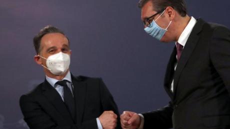Corona-Faust-Gruß: Außenminister Heiko Maas (l) und der serbische Präsident Aleksandar Vucic in Belgrad.