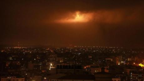 Von der israelischen Armee abgefeuerte Leuchtbomben erhellen den Nachthimmel über Gaza.