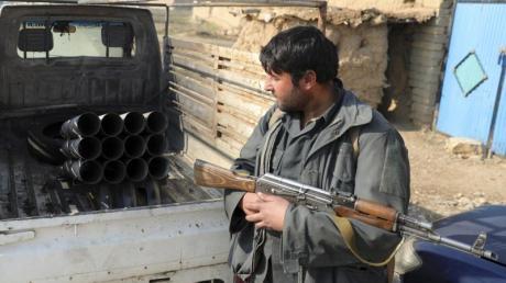 Das Archivfoto zeigt einen afghanischen Sicherheitsbeamten in der Nähe von Kabul.